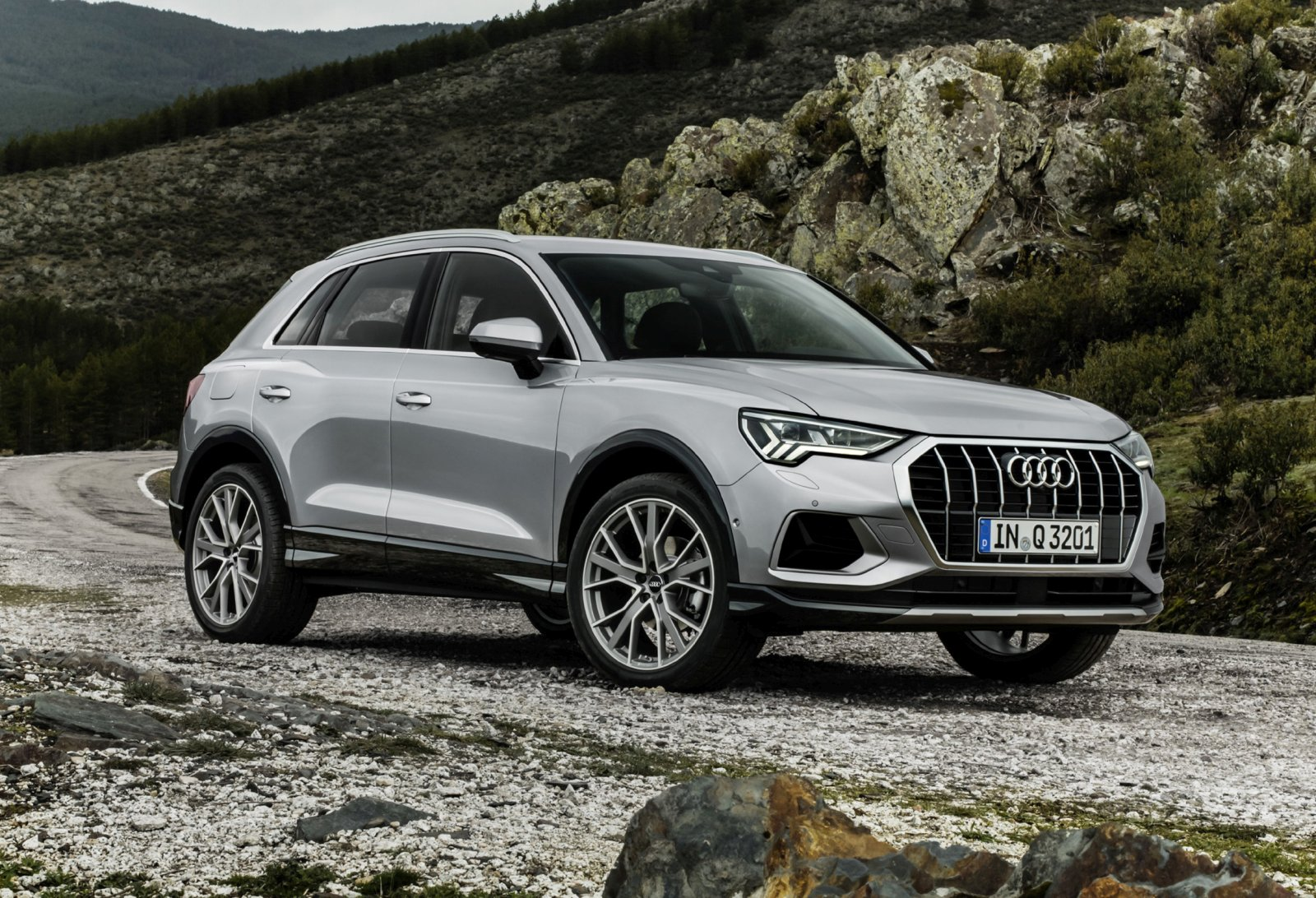 the new audi q3 the second generation of family suv. Black Bedroom Furniture Sets. Home Design Ideas